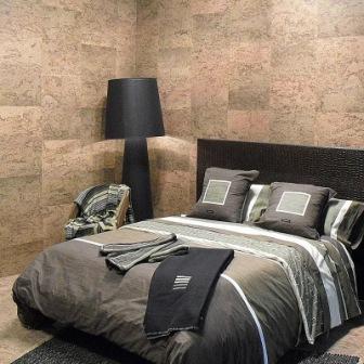Стены из пробкового материала в спальне
