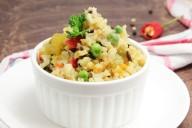 Рис с болгарским перцем, фасолью, зеленым горошком и другими овощами в белой посуде