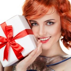 Рыжеволосая красивая женщина довольна подарком
