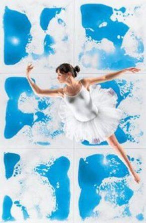 Балерина танцует на полу, покрытому жидкой плиткой