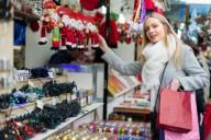 Девушка покупает подарки к Новому году