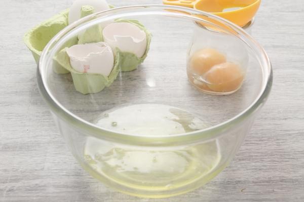 Взбитые белки в прозрачной миске