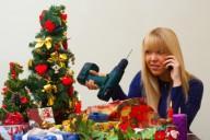 Красивая девушка возле елки недовольна плохим неуместным подарком