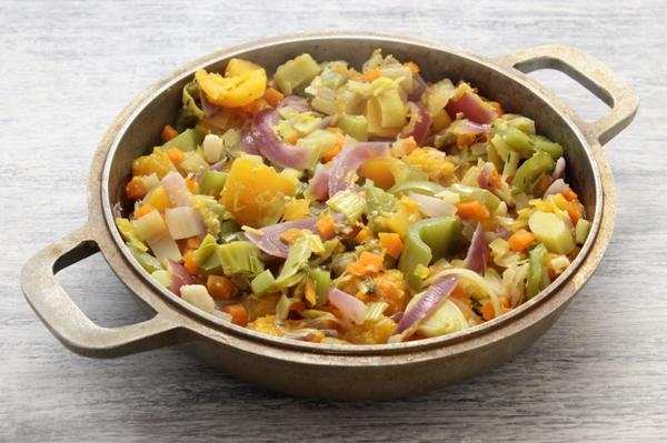 В сковороде тушатся тыква, лук и др. овощи
