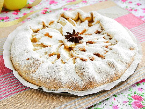 Галета-пирог из творожного теста с яблоками, обсыпанная сахарной пудрой