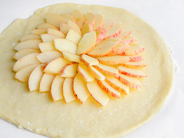 Уложенная дольками яблочная начинка на тесте