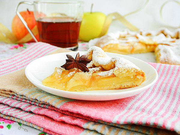 Открытый пирог-галета из творожного теста с яблоками, обсыпанный сахарной пудрой