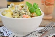 Салат с картофлем, морковью и маринованным зеленым горошком