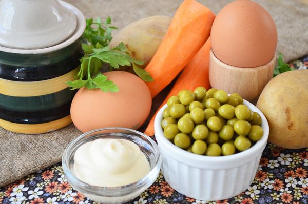 Продукты для приготовления картофельного салата с зеленым горошком