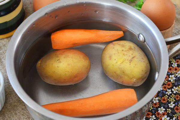 Картофель и морковь в кастрюле с водой