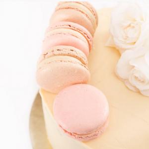Миндальный десерт макарон розового цвета