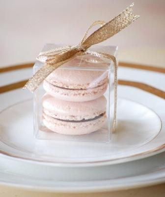 Миндальный десерт макарон в коробочке