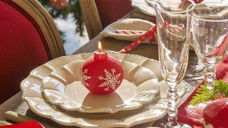 Бокалы и тарелки на новогоднем столе