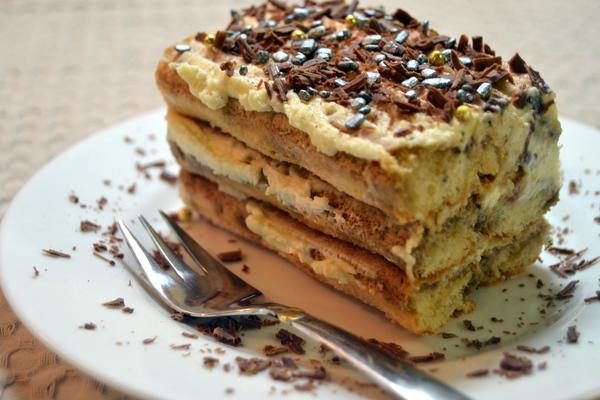 Кусочек торта тирамису на блюдце