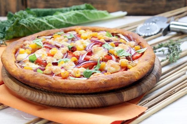Пицца с помидорами, красным луком и кукурузой