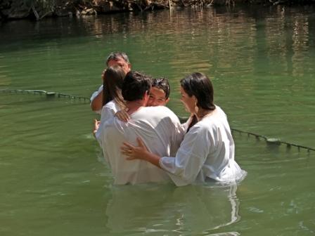 Счастливая семья после крещения сына в реке Иордань