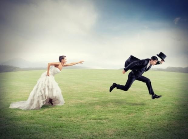 Невеста в белом догоняет удирающего жениха