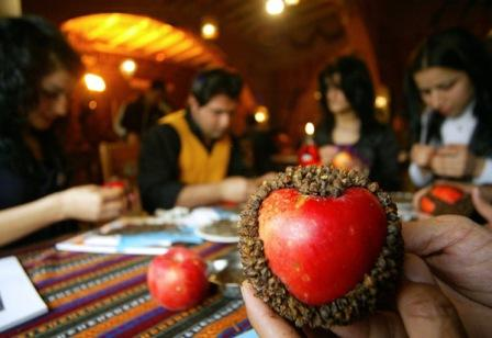 Яблоко, украшенное пряностью - гвоздикой
