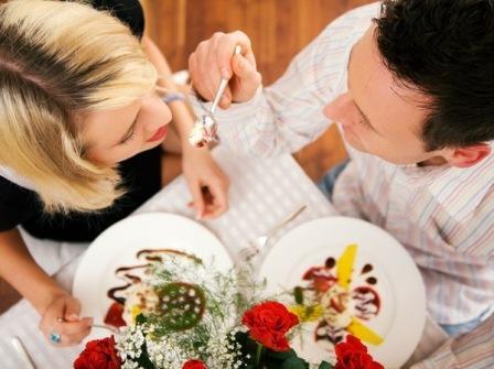 Пара влюбленных ужинают в праздничной обстановке