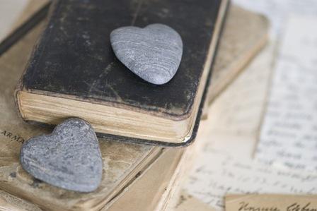 Книга старинная и камушки в форме сердца