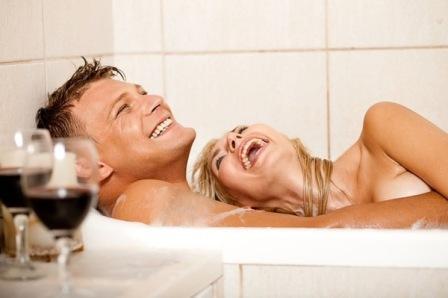 Двое влюбленных в ванной