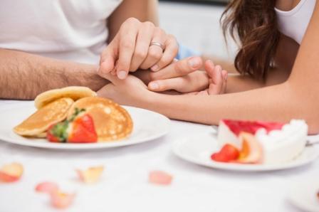 Романтический завтрак или ужин можт состоять из совсем простых блюд. например оладий ис клубникой