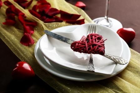 Праздничная сервировка стола в День всех влюбленных