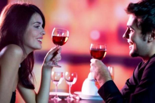 Влюбленные в День Валентина пьют вино из бокалов