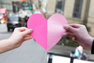 Влюбленные держат бумажное сердце