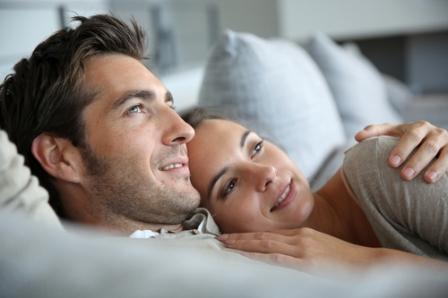 Влюленная пара в спальне
