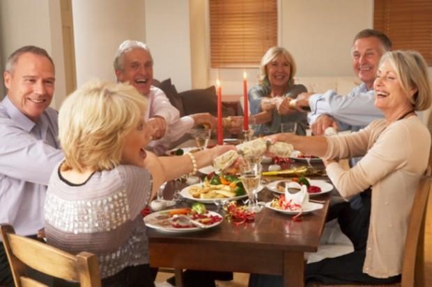 Три пожилые женщины и трое мужчин за праздничным столом