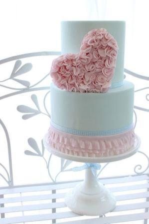 Свадебный торт с украшением в виде сердца