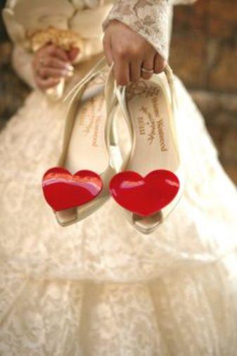 Свадебные туфли с украшением в виде красного сердечка