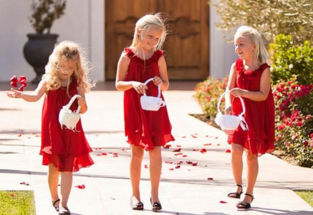 Девочки в красных платьях на свадьбе