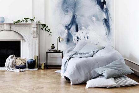 Спальня с абстрактной стеной
