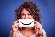 Молодая женщина с улыбающимся смайликом
