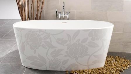 Россыпь природных камней в качестве украшения ванной комнаты
