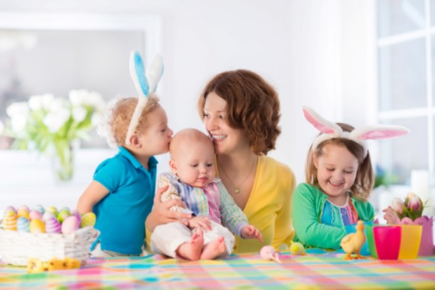 Мама с детьми и пасхальные яйца
