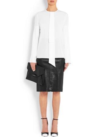 Черная кожаная юбка до колена и белая блуза с длинным рукавом