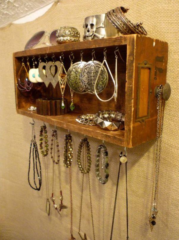 Ящик стола в качестве органайзера для хранения украшений