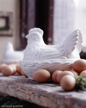 Пасхальные украшения в цветах белый и бежевый. Такие украшения подходят расположение в экологически стиле и традиционный.
