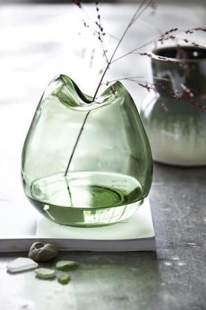 Модные украшения Пасха и весна одно лезвие травы помещают в прозрачную стеклянную вазу. Мат. Релизы: malabelle.pl
