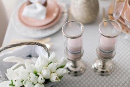 Свечи в 2016 году - розовый кварц в стеклянных фонарей с серебристыми деталями всегда будет элегантным украшением стола, во время торжественных завтраков Пасхи и многих других весенних и летних вечеринок. Свечи и фонарики, скатерти, тарелки, корзины, керамические яйца - новая коллекция Пасхи в бутике Mint Серый,