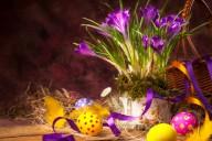 Натюрморт с пасхальными яйцами и весенними цветами
