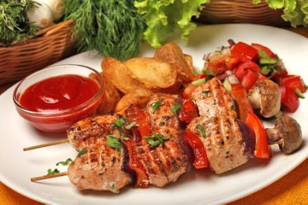 Шашлык на шпажках, с картофелем фри и томатным соусом в маленькой емкости