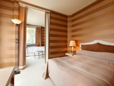 Горизонтальные полосы в спальне