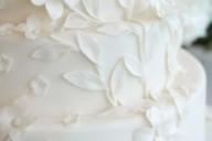 Белый многоярусный торт