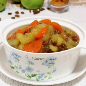Еврейский морковно-яблочный цимес в белой чашке