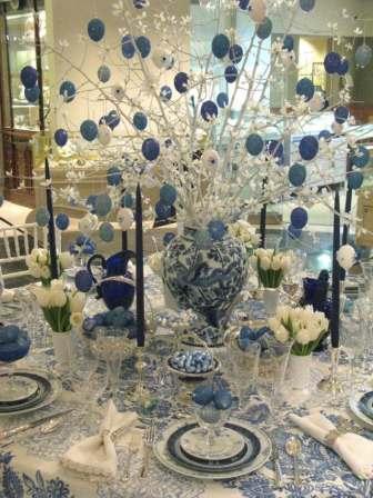 На пасхальном столе букет из белых веток с синими яйцами