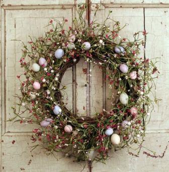 Венок, украшенный пасхальными яйцами, на старой двери